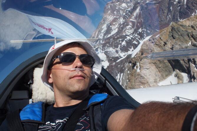 Na dużych wysokościach trzeba korzystać z tlenu.  W tle szczyt Aconcagua/Sebastian Kawa