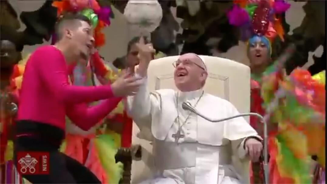 Papież kręci piłkę na palcu w czasie audiencji