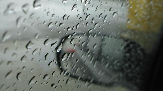 Lokalnie drogi mogą być śliskie od deszczu