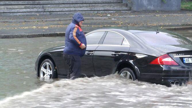 """Półgodzinna ulewa na Ukrainie. """"Jeden samochód właśnie odpłynął"""""""