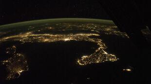 Rozświetlony but. Tak Włochy prezentują się nocą z wysokości 400 km