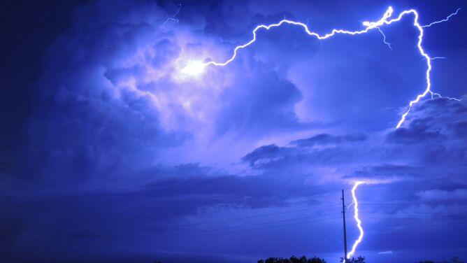 Tę noc rozświetlą pioruny. IMGW ostrzega przed groźnymi zjawiskami