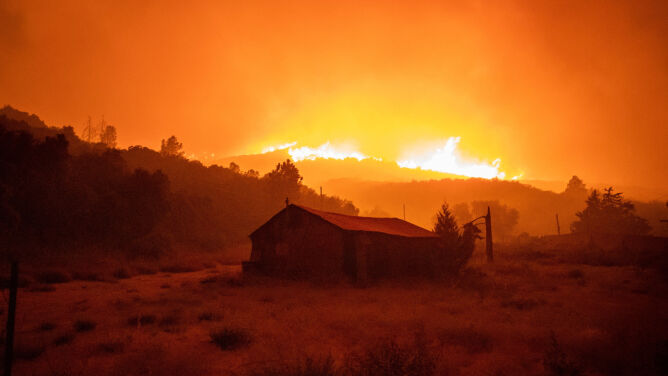 Stany Zjednoczone walczą z ogniem. <br />Setki ewakuowanych w trzech stanach