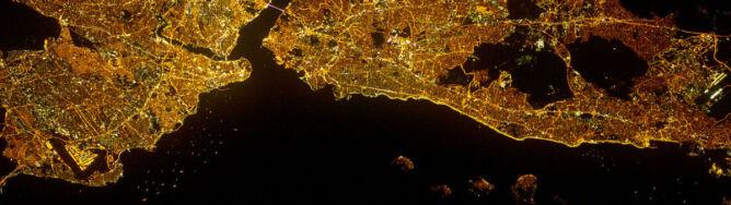 Światła obu brzegów Bosforu. Stambuł z satelity nocą